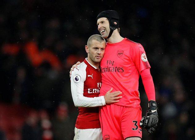 Brankář Petr Čech se spoluhráčem Jackem Wilsherem po zápase Arsenalu s Newcastlem.