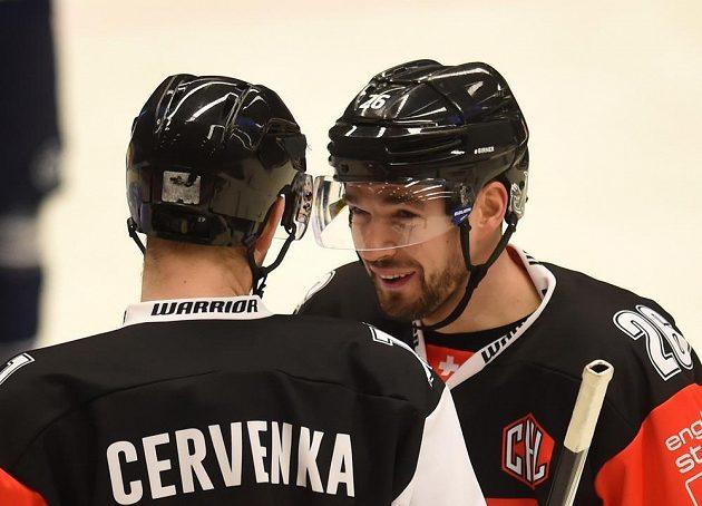 Roman Červenka (vlevo) se radí se svým klubovým spoluhráčem Michalem Birnerem během zápasu Ligy mistrů proti Vítkovicím.