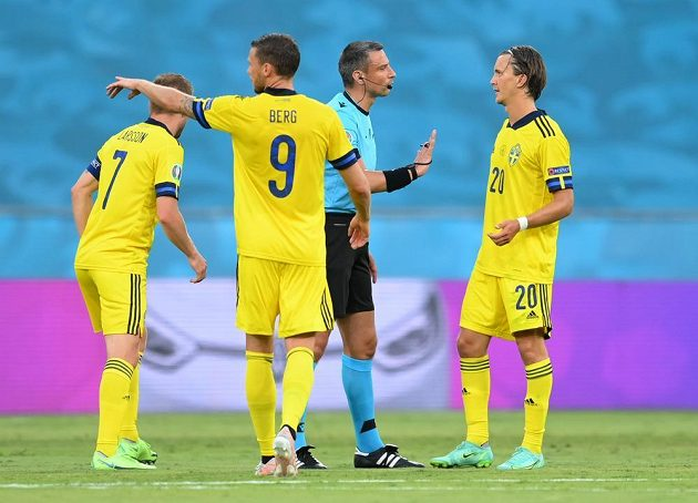 Referee Slavko Vinčic discusses with the Swedish footballers during the EURO match, when their opponent was the Spanish team.