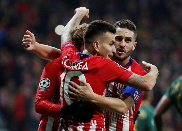 Fotbalisté Atlétika Madrid se radují z gólu proti Monaku.