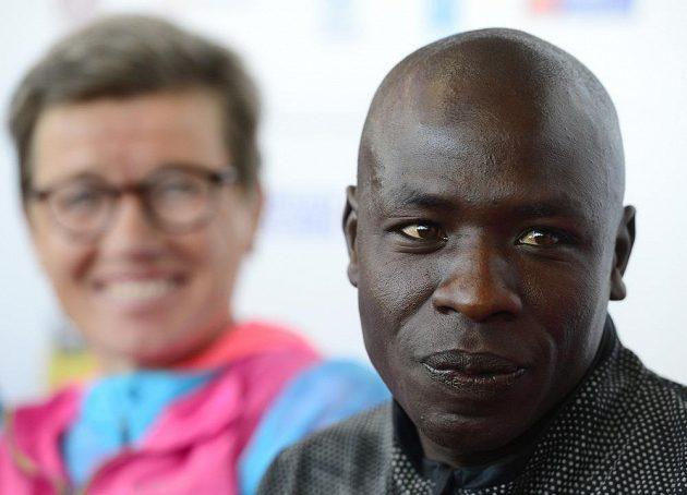 Moses Mosop bude hlavní hvězdou Volkswagen Maratonu Praha, v pozadí norská vytrvalecká legenda Ingrid Kristiansenová.