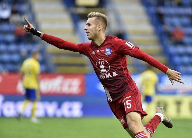 Ondřej Zmrzlý z Olomouce se raduje z gólu.