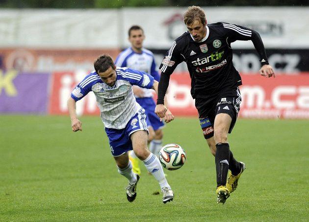 Příbramský obránce Milan Mišůn (vpravo) vede míč před záložníkem Znojma Davidem Helískem.