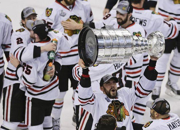 Obránce Michal Rozsíval se Stanley Cupem nad hlavou