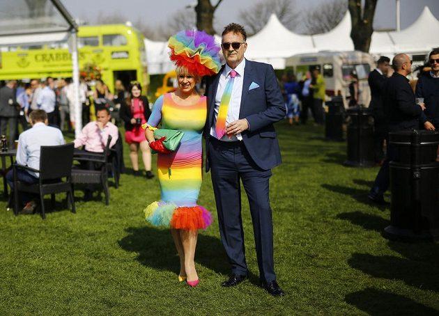 Tenhle pár na Grand National Festivalu je vyladěn. A stačí detail - kravata.