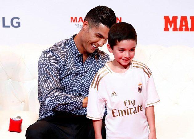 Fanoušci Realu Madrid volají po návratu Cristiana Ronalda. Když si Portugalec přijel do Madridu pro ocenění pro sportovní legendy, rozdal řadu autogramů i na dresy Bílého baletu.