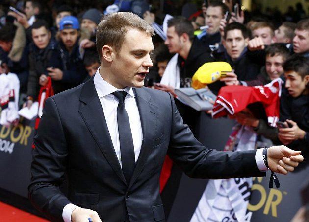 Brankář Bayernu Mnichov Manuel Neuer rozdává v Curychu autogramy fanouškům.