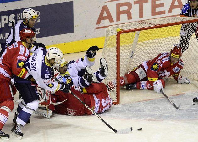 Kladenský útočník Jan Rudovský (třetí zleva) střílí gól po závaru v třineckém brankovišti.