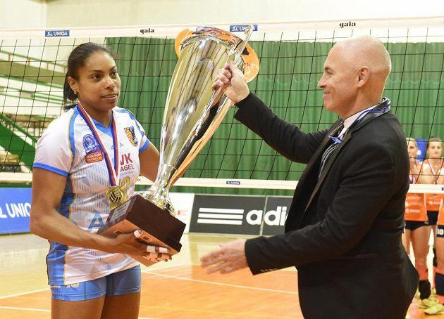 Kapitánka Prostějova Solange Soaresová (vlevo) a předseda Českého volejbalového svazu Zdeněk Haník s pohárem za vítězství v lize.