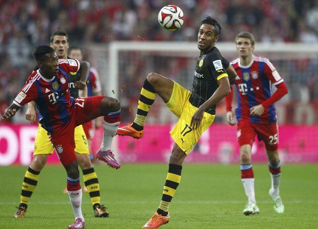 Dortmundský Pierre-Emerick Aubameyang (17) s Davidem Alabou (27)z Bayernu při nedávném bundesligovém střetnutí.