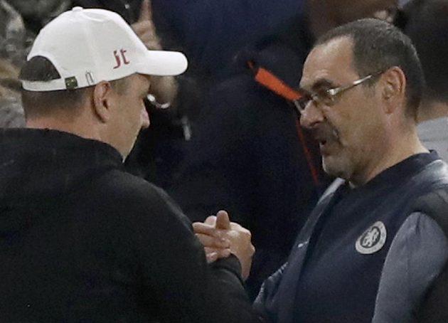 Trenér Slavie Jindřich Trpišovský se zdraví s italským manažerem Chelsea Mauriziem Sarrim při utkání Evropské ligy.