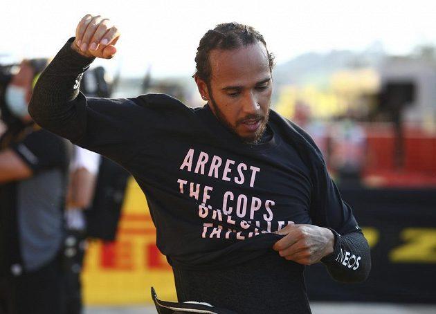"""Šestinásobný mistr světa formule 1 Lewis Hamilton může mít problémy kvůli tričku s nápisem """"Zavřete poldy, co zabili Breonnu Taylorovou""""."""