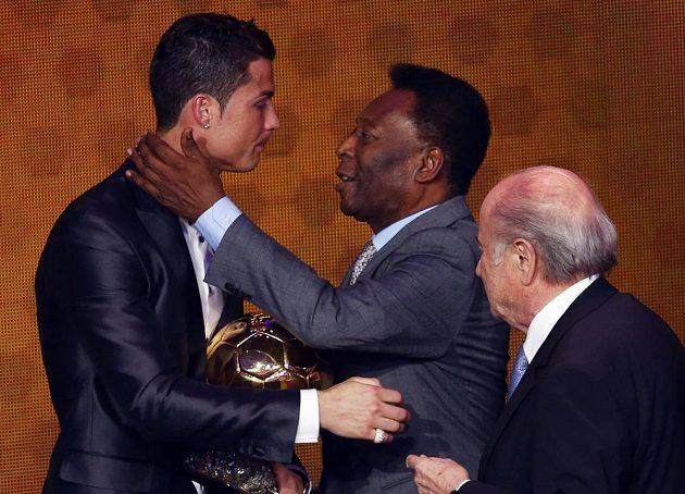 Portugalský fotbalista Cristiano Ronaldo převzal Zlatý míč z rukou legendárního Brazilce Pelého. Zcela vpravo je prezident FIFA Sepp Blatter.