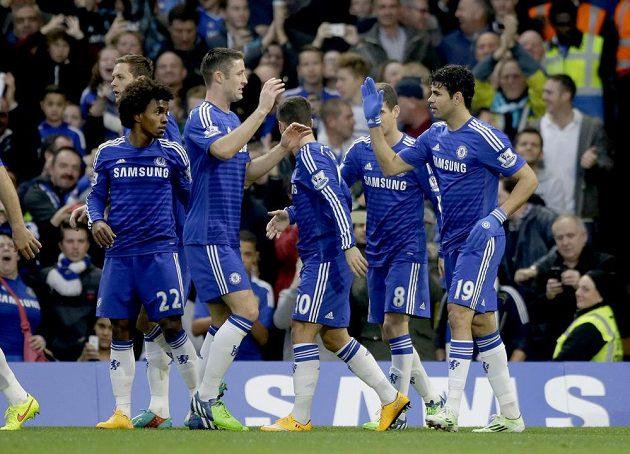 Diego Costa (vpravo) přijímá gratulace od spoluhráčů z Chelsea poté, co dal gól proti WBA.