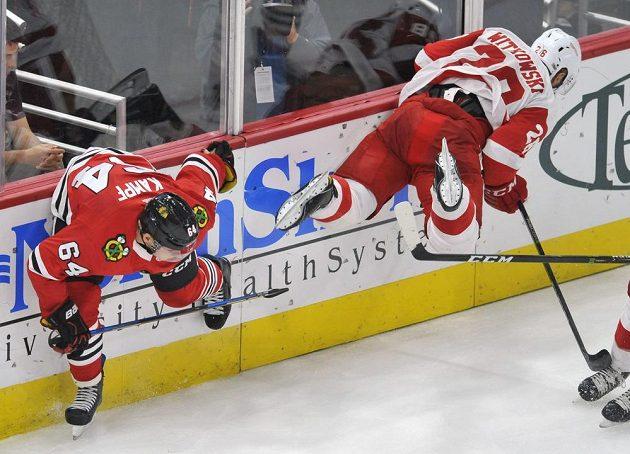 Český hokejista David Kampf z týmu Chicago Blackhawks v tvrdém souboji s Lukem Witkowskim z Detroitu Red Wings během přípravného zápasu na novou sezónu NHL.