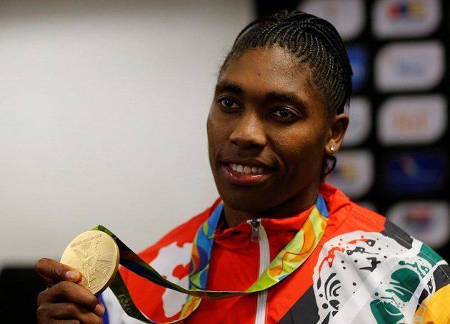 Jihoafrická běžkyně na 800 metrů Caster Semenyaová pózuje se zlatou olympijskou medailí.