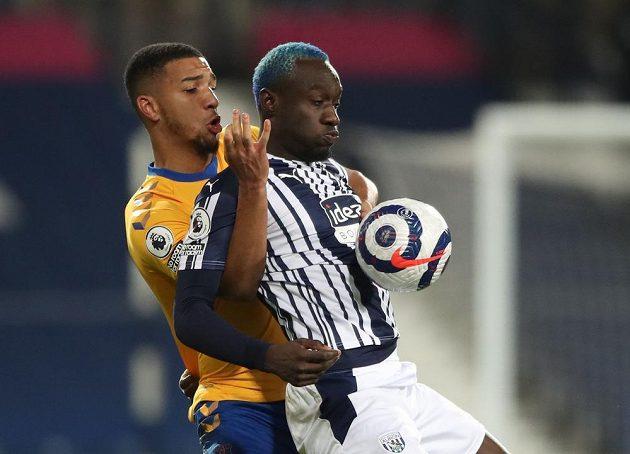 Mbaye Diagne (vpravo) z WBA a Mason Holgate z Evertonu.