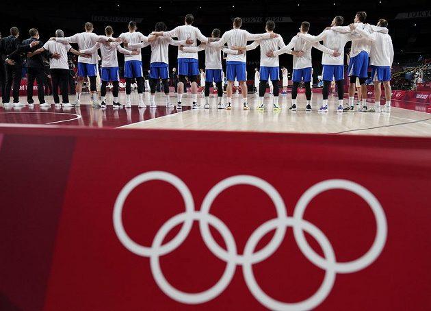 Český tým při hymně před zápase s Íránem.