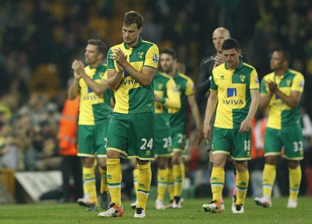 Ryan Bennett z Norwiche se spoluhráči po utkání s Watfordem.
