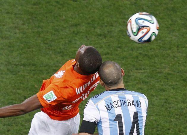 Srážka Nizozemce Georginia Wijnalduma (vlevo) s Argentincem Javierem Mascheranem.