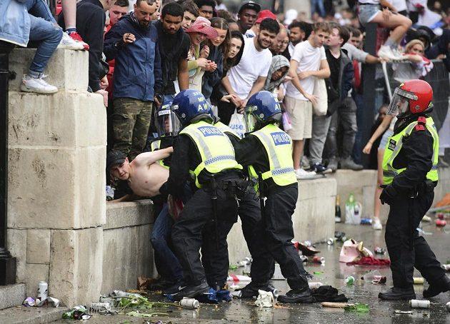 Divoké finále EURO. Policie kvůli násilnostem kolem finále fotbalového Eura zatkla 49 lidí.