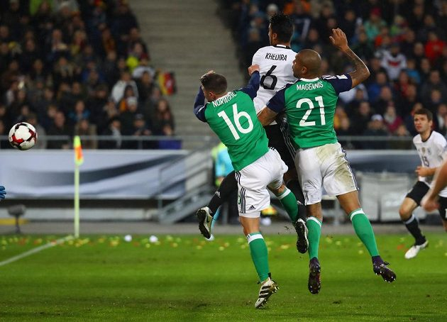 Německý fotbalista Sami Khedira střílí gól proti Severnímu Irsku.