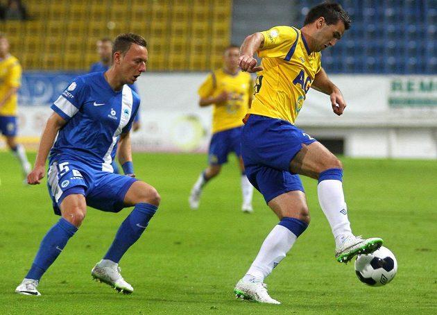 Teplický útočník Aidin Mahmutovič (vpravo) a obránce Slovanu Liberec Vladimír Coufal v utkání 5. kola Synot ligy.