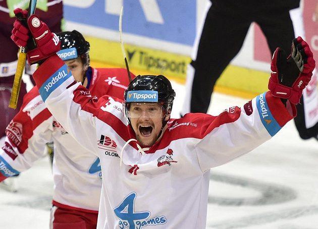 Autor pátého gólu Olomouce Vilém Burian se raduje na ledě Sparty.