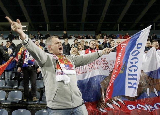 Jeden z fanoušků, kteří v černohorské Podgorici povzbuzoval fotbalisty Ruska.