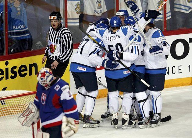 Hokejisté Finska se radují ze vstřelení gólu do sítě Slovenska.