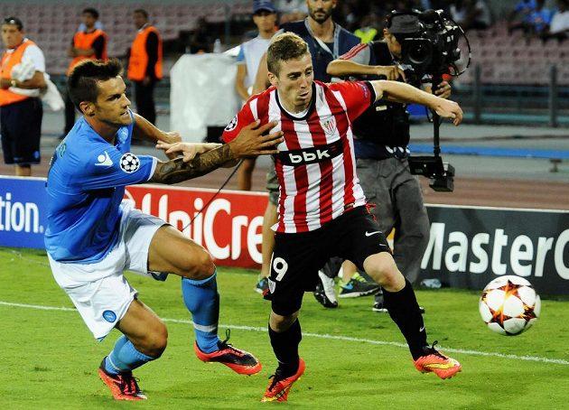 Neapolský obránce Christian Maggio (vlevo) se snaží zastavit Ikera Muniaína z Bilbaa.