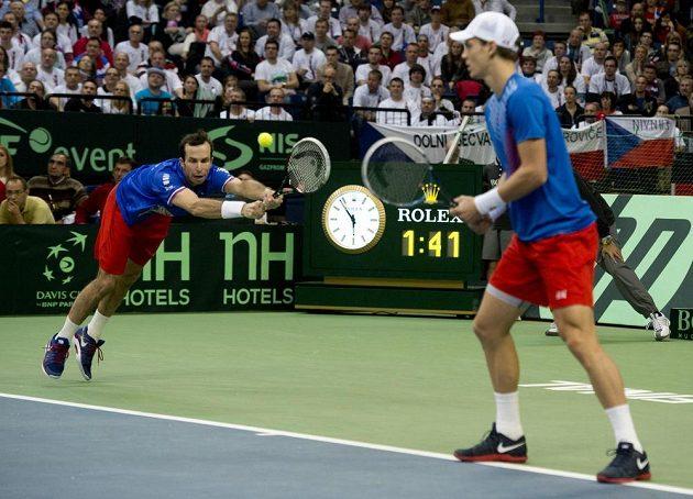 Debl Tomáš Berdych (vpravo), Radek Štěpánek ve finále Davis Cupu v Bělehradě.