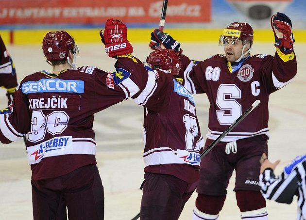 Hráči Sparty (zleva) střelec Jakub Krejčík, Jaroslav Hlinka a kapitán Tomáš Rolinek se radují z gólu.