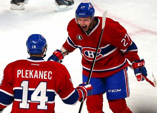 Tomáš Plekanec (14) a jeho spoluhráč z Montrealu Alex Galchenyuk (27) slaví gól v utkání proti Philadelphii.