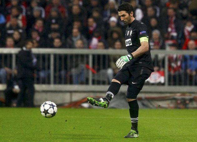Gólman Juventusu Gianluigi Buffon rozehrává míč v utkání Ligy mistrů proti Bayernu Mnichov.