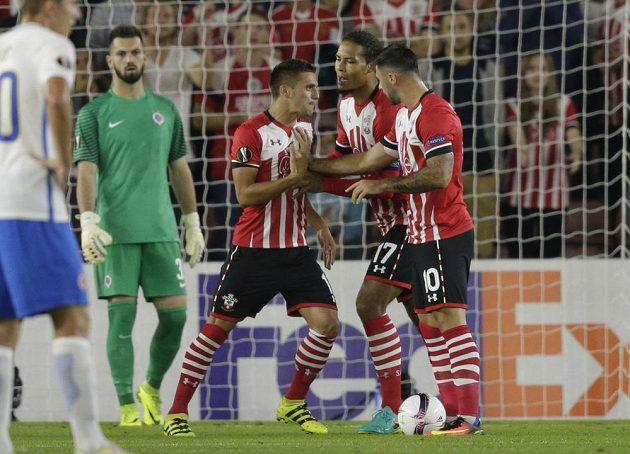 Dušan Tadič (uprostřed) a Charlie Austin (vpravo) se hádají o to, který z nich zahraje nařízenou penaltu.