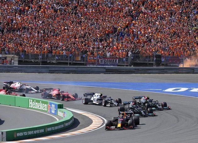 Max Verstappen v čele Velké ceny Nizozemska.