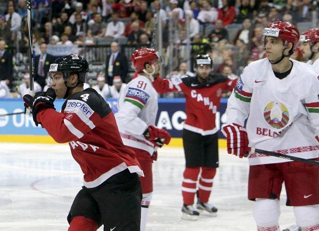 Kanaďan Taylor Hall (vlevo) se raduje z gólu svého spoluhráče Brenta Burnse (mimo snímek) v zápase s Běloruskem.