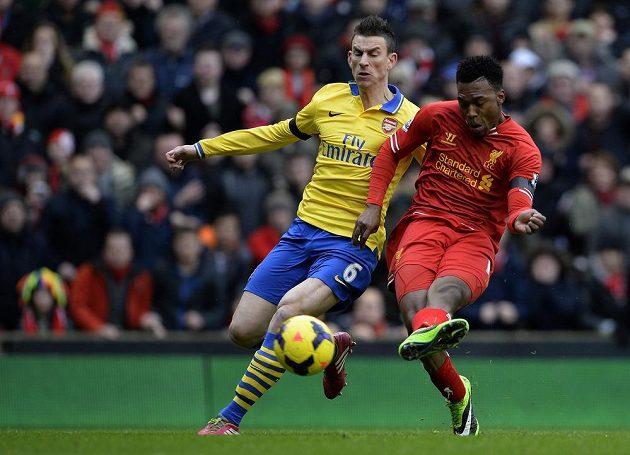 Daniel Sturridge z Liverpoolu (vpravo) skóruje proti Arsenalu. Ubránit jej nedokázal stoper Gunners Laurent Koscielny.