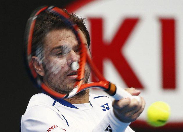 Švýcarský tenista a obhájce titulu Stanislas Wawrinka returnuje během utkání s Turkem Marselem Ilhanem v prvním kole Australian Open.