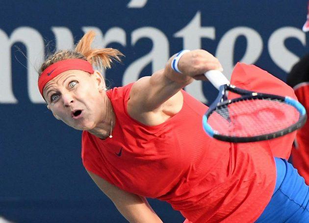 Lucie Šafářová servíruje při zápase s Američankou Sloane Stephensovou.