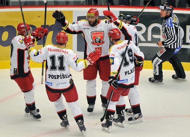 Hráči Hradce Králové se radují z gólu proti Třinci.