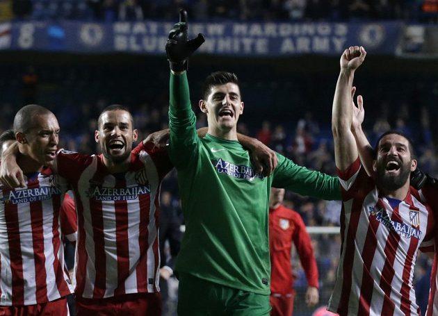 Fotbalisté Atlétika se radují z postupu do finále Ligy mistrů. Druhý zprava je rozradostněný brankář madridského týmu Thibaut Courtois.