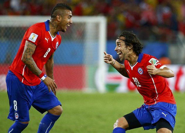 Fotbalisté Chile Jorge Valdivia (vpravo) a Artuto Vidal se radují ze vstřelení gólu proti Austrálii.