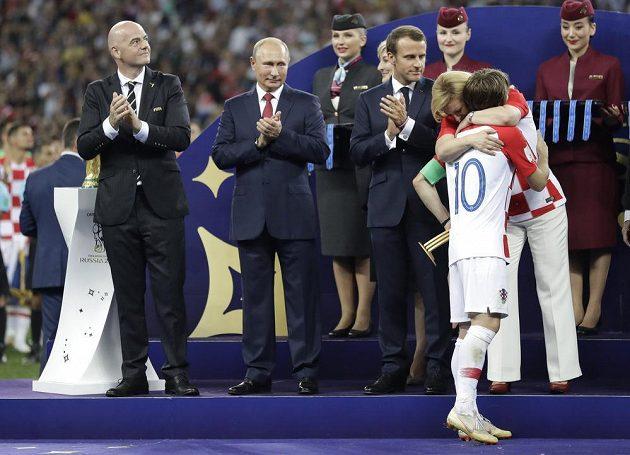 Chorvatská prezidentka Kolinda Grabarová-Kitarovičová v objetí s Lukou Modričem.