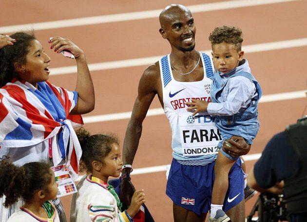 Po vítězství v běhu na 10 000 metrů pozval Mohamed Farah k oslavám na ovál celou rodinu.