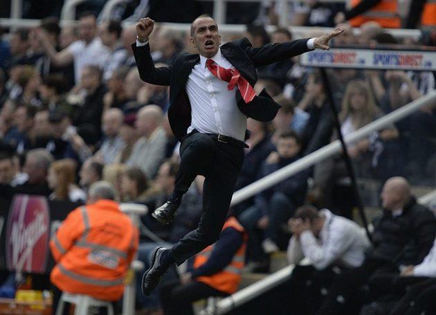 1:0! Trenér Sunderlandu Paolo Di Canio slaví Sessegnonův gól na hřišti Newcastlu.