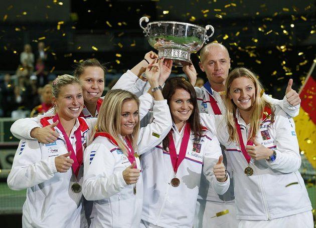 Český tým (zleva) Andrea Hlaváčková, Lucie Hradecká, Klára Koukalová, Lucie Šafářová, nehrající kapitán Petr Pála a Petra Kvitová s trofejí.