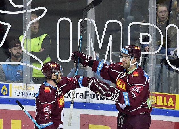Střelec druhého gólu Sparty Andrej Kudrna se raduje se spoluhráčem Janem Buchtelem (vlevo) během utkání s Olomoucí.