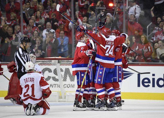 Hokejisté Washingtonu slaví gól Jaye Beagleho (83) do sítě Detroitu, přitom je na kolenou sleduje slovenský útočník Detroitu Tomáš Tatar (21).